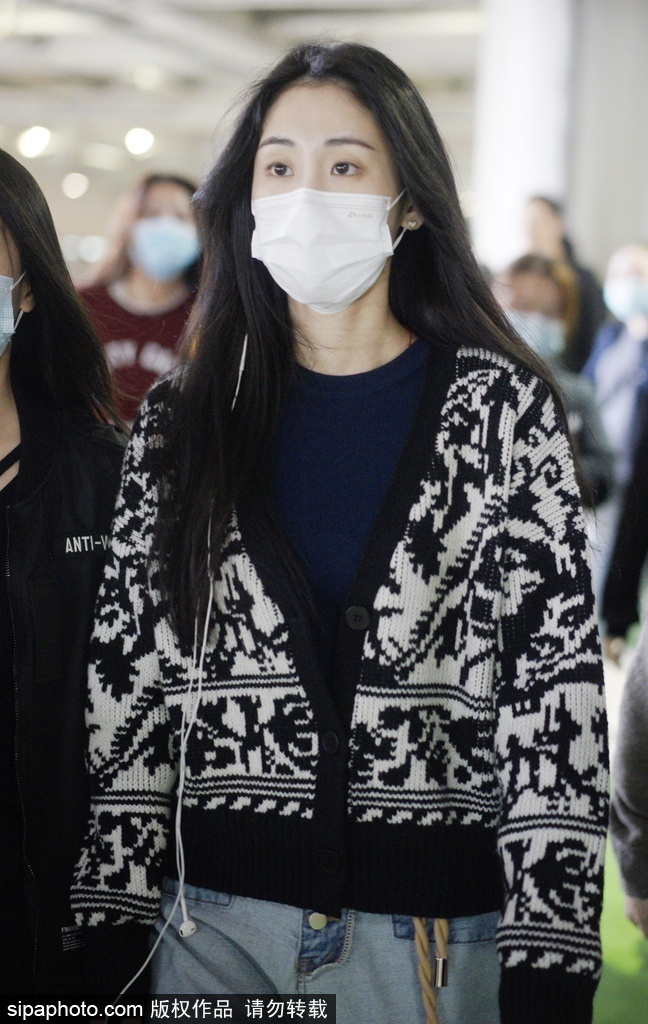 组图:张碧晨长发披肩口罩遮面 身着毛绒开衫现身机场