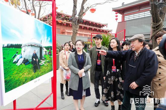中国摄影家协会顾问、中国艺术摄影协会执行主席朱宪民点评朱家莹作品