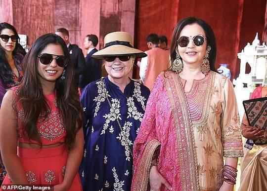 从左至右:新娘伊沙·安巴尼,克林顿和新娘的母亲