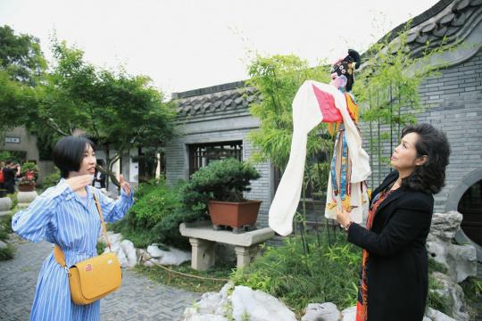 蝈蝈小姐和王芸老师拍摄沟通交流中