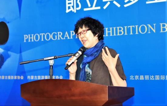 中国摄影家协会副主席陈小波在展览现场。