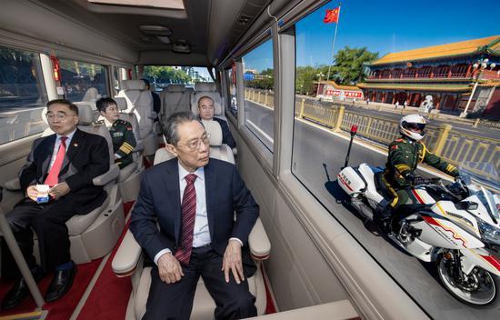 年度最佳照片 日常生活和新聞人物類單幅《最高禮遇》 劉彬 新華社