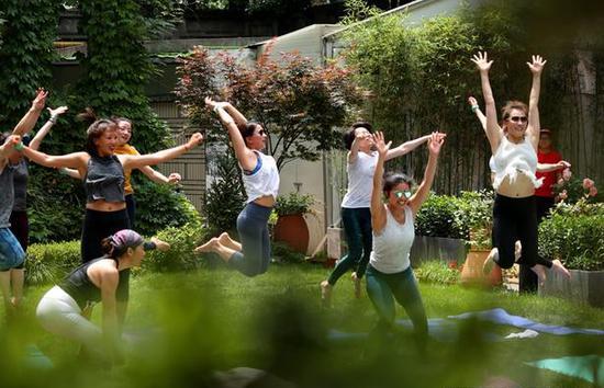 2018年5月13日,上海贝公馆瑜伽学习班。解海龙摄