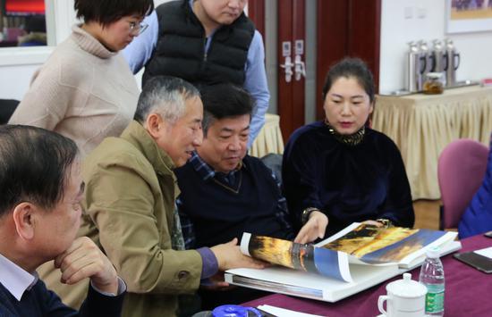 到场嘉宾翻阅《黄河三峡》。摄影:徐申