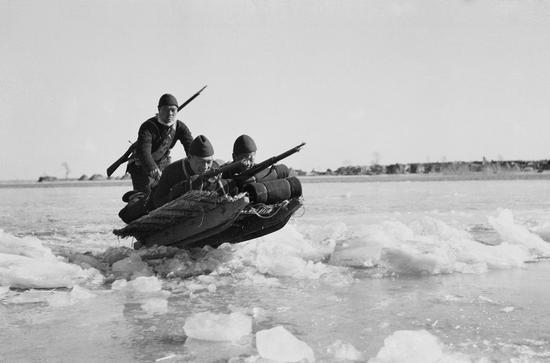 """冰上""""土坦克""""军事训练,冀中。摄影:石少华"""