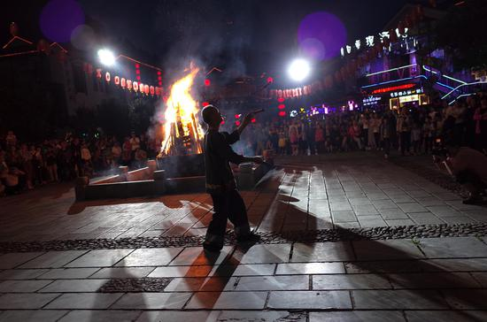 张家界武陵源区溪布街摆手堂的篝火晚会,当地老人表演耍刀