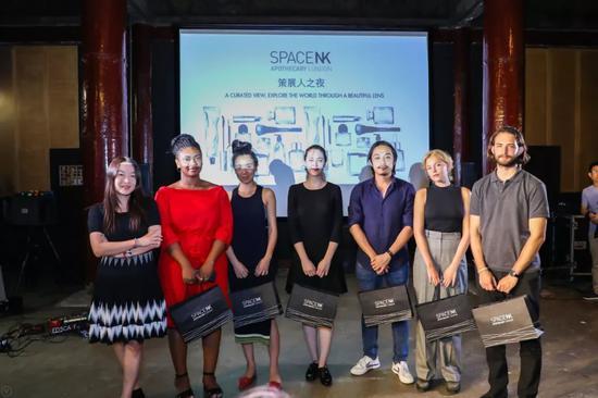 ▲ SpaceNK市场部副总裁魏丽丽女士与六位新锐摄影奖评委合影(马谚宇/摄)
