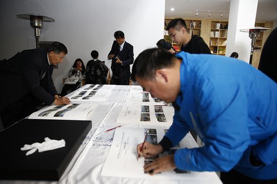 入选作者在收藏作品上签字