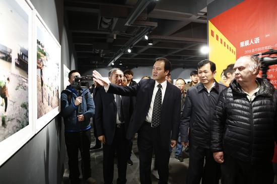 李前光(左2)、郑更生(左1)、张俊峰(右2)、阎雷(右1)等观看展览