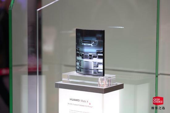 MWC华为展台上摆在玻璃盒中的MateX