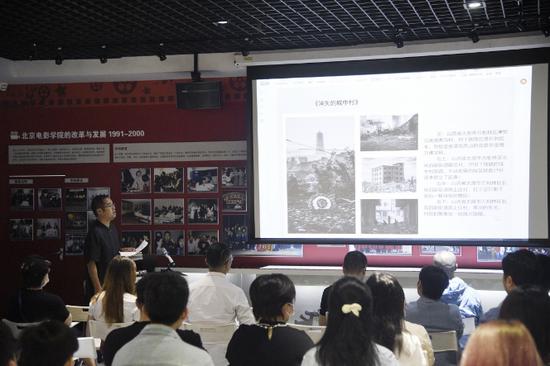 攝影學院畢業班班主任吳毅副教授介紹畢業生創作情況