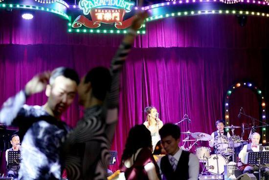 2018年5月12日,上海市民在著名的百乐门舞厅跳舞。1933年开业的百乐门舞厅留下了许多传奇故事,曾一度关闭。毛建军摄