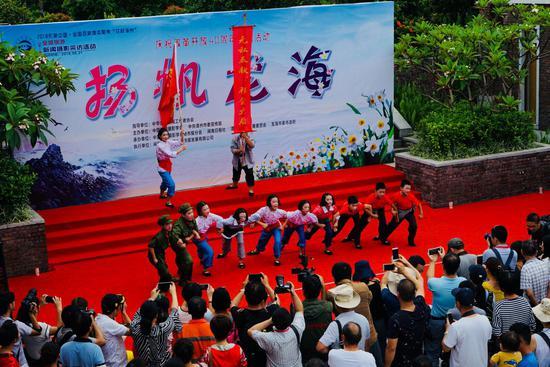 孩子们表演的芗剧《龙江颂》再现扬帆龙海的人文之美。摄影:翟红刚