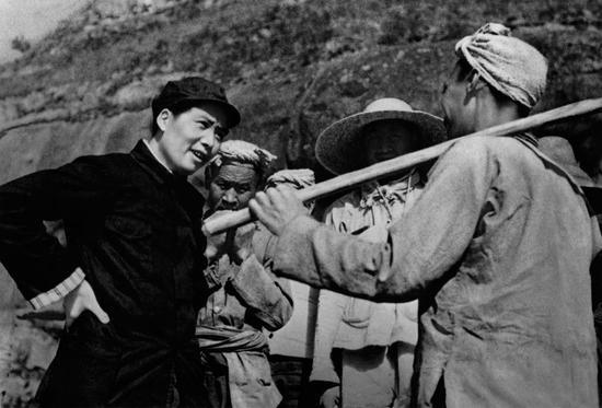 毛主席与杨家岭农民谈话,延安。摄影:石少华