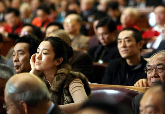 2007年,北京全國政協會上,不經意間抓到一張鞏俐和張藝謀同框聽會的照片。觀看、再觀看,會發現更多有意味的畫面。有時攝影也靠運氣。