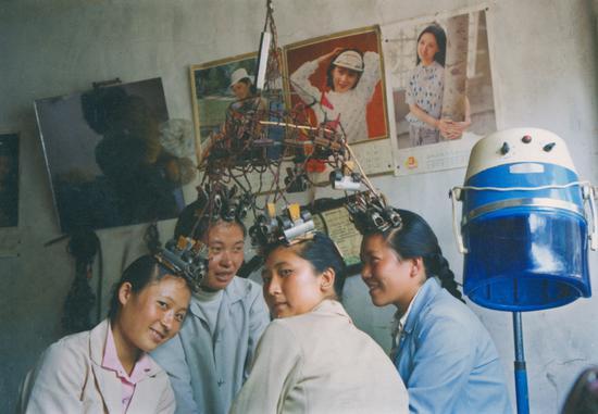 《进城烫发的白族青年》摄影:刘建华1985年摄于大理市下关镇鸳浦街。