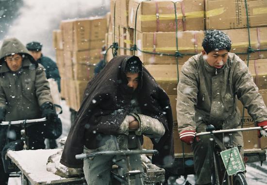 1998年初,北京大雪,民工蹬著三輪車送貨。多年后我拍下《總理為民工討工錢》。能用攝影為民工和民眾做點實事感到欣慰