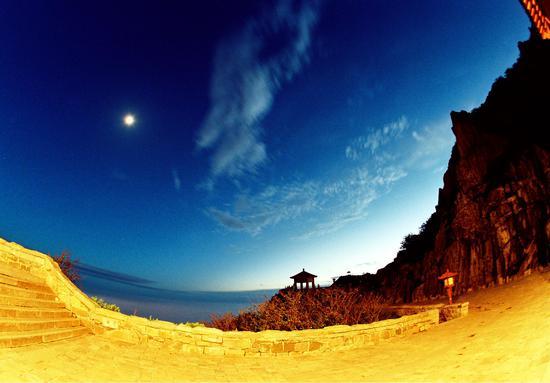 《月升岱顶》摄影:王德全