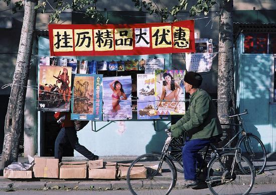 1992年,北京冬日的街頭,促銷的美女掛歷無人問津。過去幾十年,中國人的文化生活發生很大變化