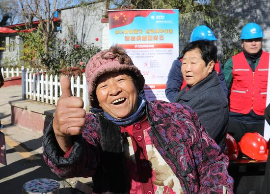 """《北京市民为""""煤改电""""工程点赞》 摄影:@程 伟"""