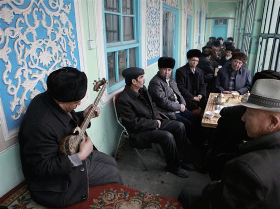 老茶館的熱瓦普彈唱(庫爾班江·賽買提/攝)