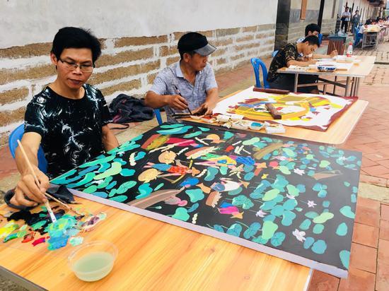 多才多艺的当地群众研习绘画。摄影:翟红刚