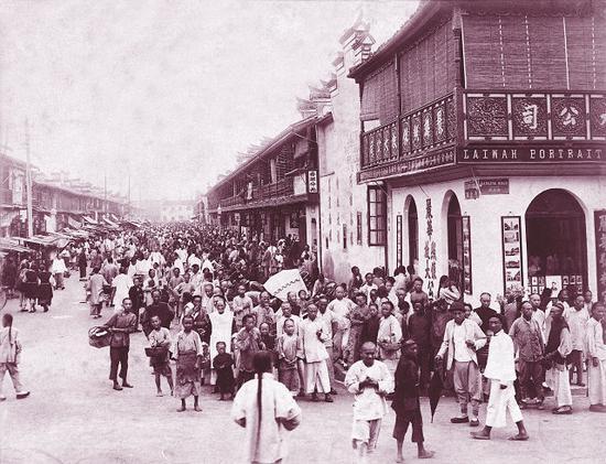 风气之先的上海 晚清时代,刚刚开埠不久的上海南京路,前景是一所照相馆,远近的人都在恬然地面对着眼前的摄影机。 原载《老照片》第32辑