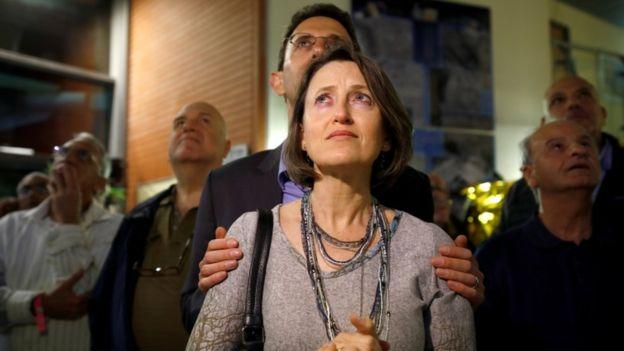 在以色列航空工业公司控制室外,听到坠毁消息时大家的反应。