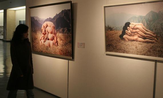 2010年,武汉美术馆,《你西我东——中国当代艺术展》现场。左为《我也爱当代艺术》,右为《为无名山增高一米》。