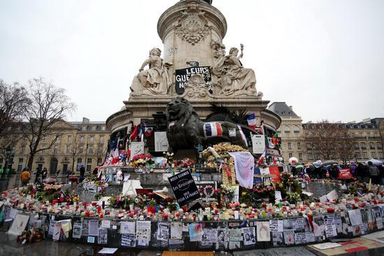 法国巴黎共和国广场公众对恐怖袭击遇难者无尽的悼念