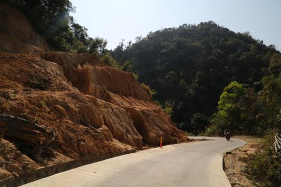 进毛招村的道路。