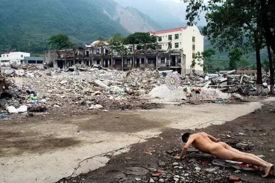《那一刻》2008年5月12日14:28 汶川大地震 作品1号