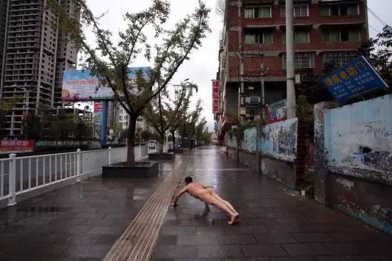 《那一刻》2012年11月16日毕节市5名留守儿童垃圾箱内死亡事件 作品1号