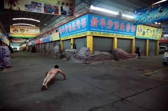 """《那一刻》2011年10月13日下午5点30分 广东佛山 """"小悦悦事件""""作品1号"""
