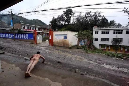 《那一刻》2015年5月5日贵州毕节小学校长性侵6名幼女一审获死刑