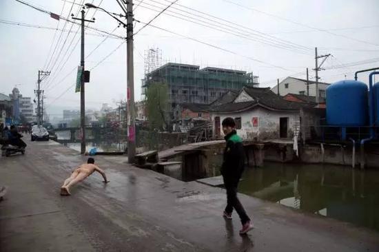 """《那一刻》2013年2月16日 温州""""悬赏""""环保局长下河游泳事件 作品2号"""