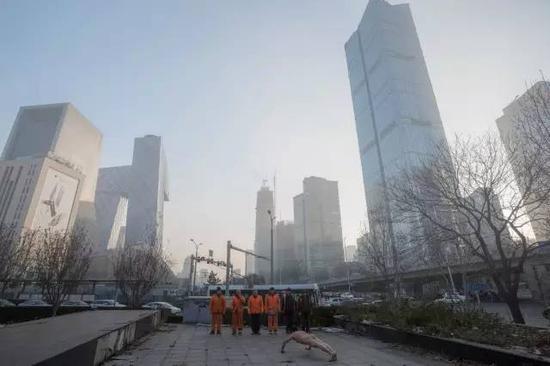 《那一刻》2015年11月29日 空气重污染橙色预警下的北京