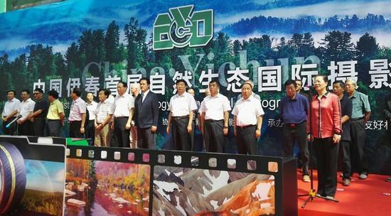 中国摄影家协会分党组成员、秘书长高琴(右一)在开幕式上致辞。