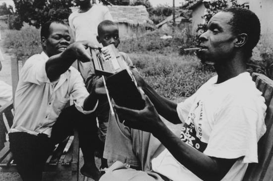 艾伯特和艾米听着从旧货店弄来的收音机,西马哈普罗,西非盲人合作社。Gael Turine作品,1999
