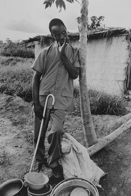 赛哈芬盛装于自家门口,合作社让盲人们重拾信心,不再有以往的被遗弃感,西非盲人合作社。Gael Turine作品,1999