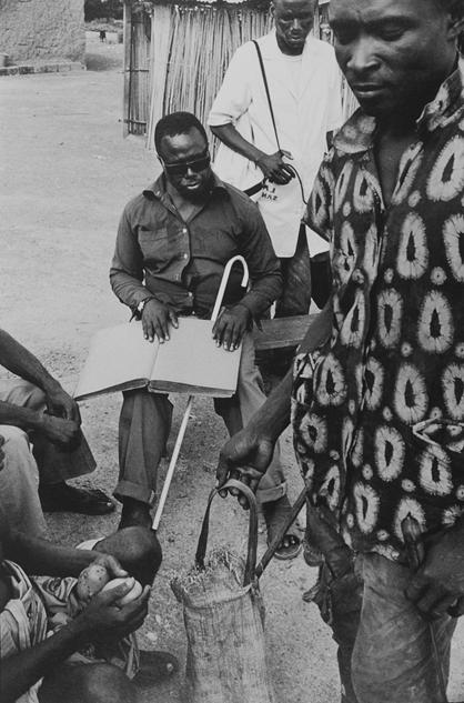 中贝瑞亚乌口,一位盲者在市集之日为村民朗读圣经摘要,Gael Turine 作品,1999