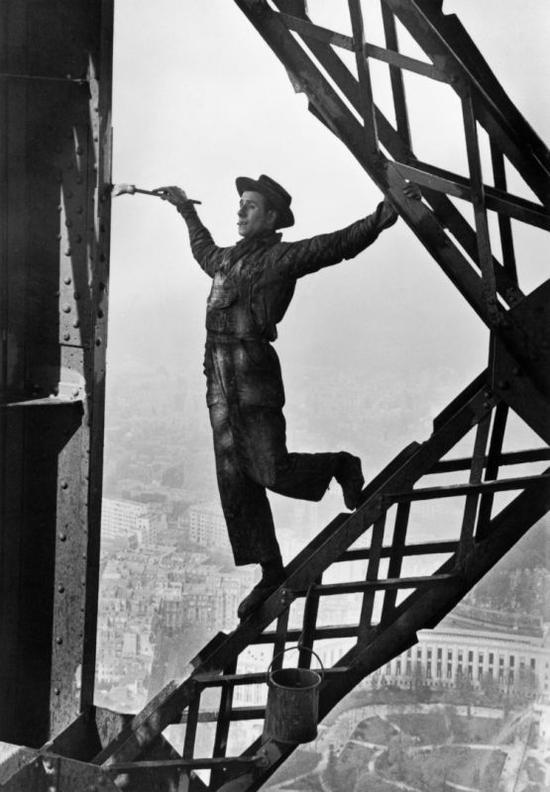 《埃菲尔铁塔油漆工》  马克·吕布  1953年  ©Magnum Photos (2)