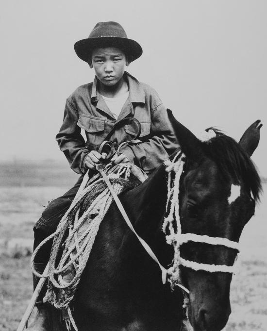 贾奴许・邓尼(11岁),克尔吉斯坦,Sander Veeneman作品,1992