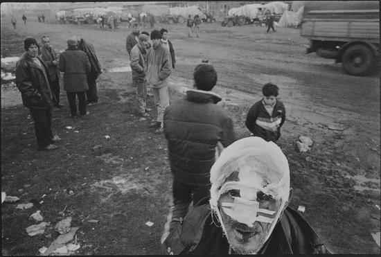一位在贾科威加被手榴弹所伤的难民,到库克斯镇上的清真寺附近找地方过夜,Ben Khelifa Karim作品,1999年4月