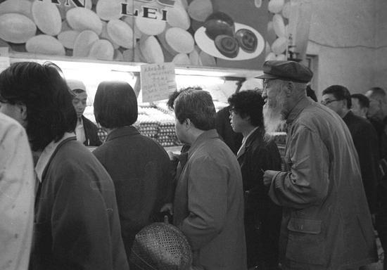 朝阳菜市场除了排队抢购猪肉,抢购鸡蛋的人也不少。一位白胡子老者求人,想加塞买鸡蛋。