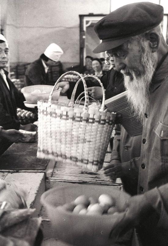这位老者加塞抢购到了鸡蛋。