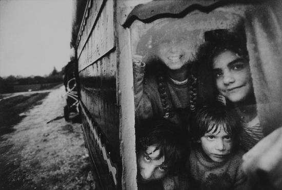 下雨天,西蒙和马伊文在娜依玛和马坦的蓬车里,费德伯大尼,Jean-Francois Castell作品,1996年秋天