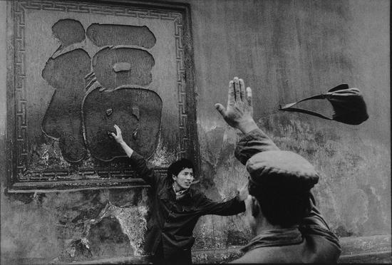 """宝光寺院,香客闭眼触摸""""福""""字,越接近就会越幸福,中国四川新都,Guy Le Querrec作品,1984"""