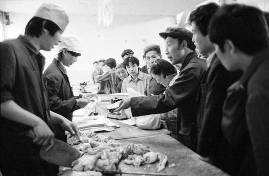 1988年5月15日,北京市朝内菜市场全天按原价供应生肉,引得市民排起长队。市民纷纷涌入菜市场持北京市居民购货证和肉票排队抢购。