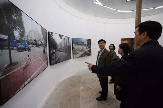 广东省文化厅厅长方健宏等审查第十届连州展作品